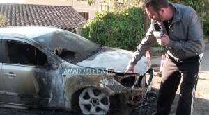 Giovanni Sanna mostra l'auto incendiata