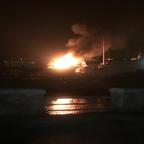Distrutto dal fuoco il motopeschereccio l'Imbroglio