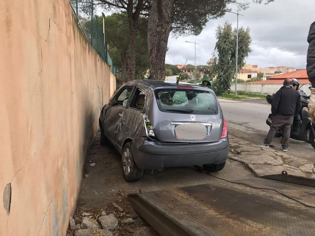 Auto fuori strada in Viale Ammiraglio Mirabello, a La Maddalena