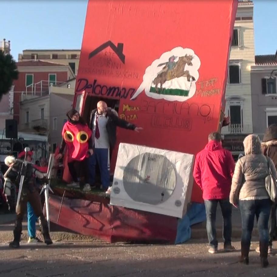 Cede l'asse della ruota: carro carnevalesco rischia di capovolgersi sulla gente