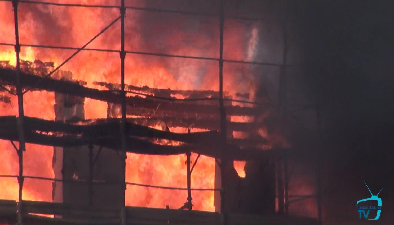 Emergenza incendio a La Maddalena: distrutto un complesso abitativo di nuova costruzione a Moneta.