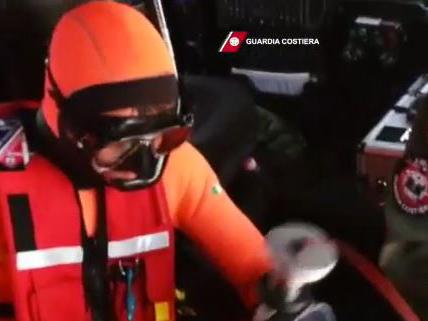Il video del salvataggio di uno dei dei naufraghi sardi