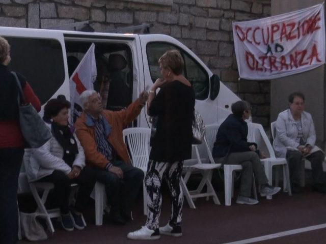Cresce la protesta degli occupanti dell'ospedale di La Maddalena