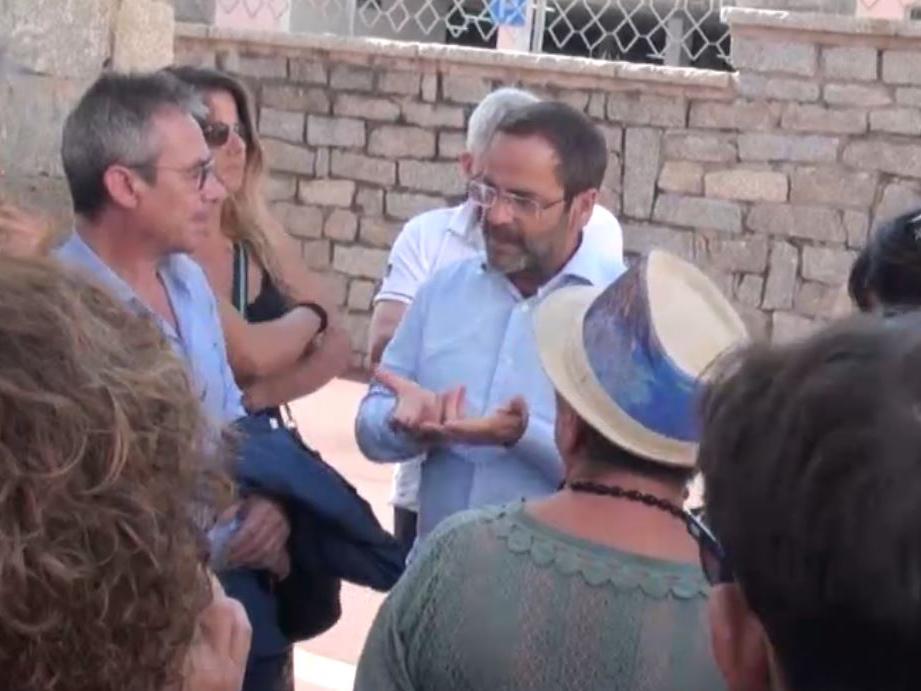 Il parlamentare Nardo Marino incontra i manifestanti pro-ospedale La Maddalena