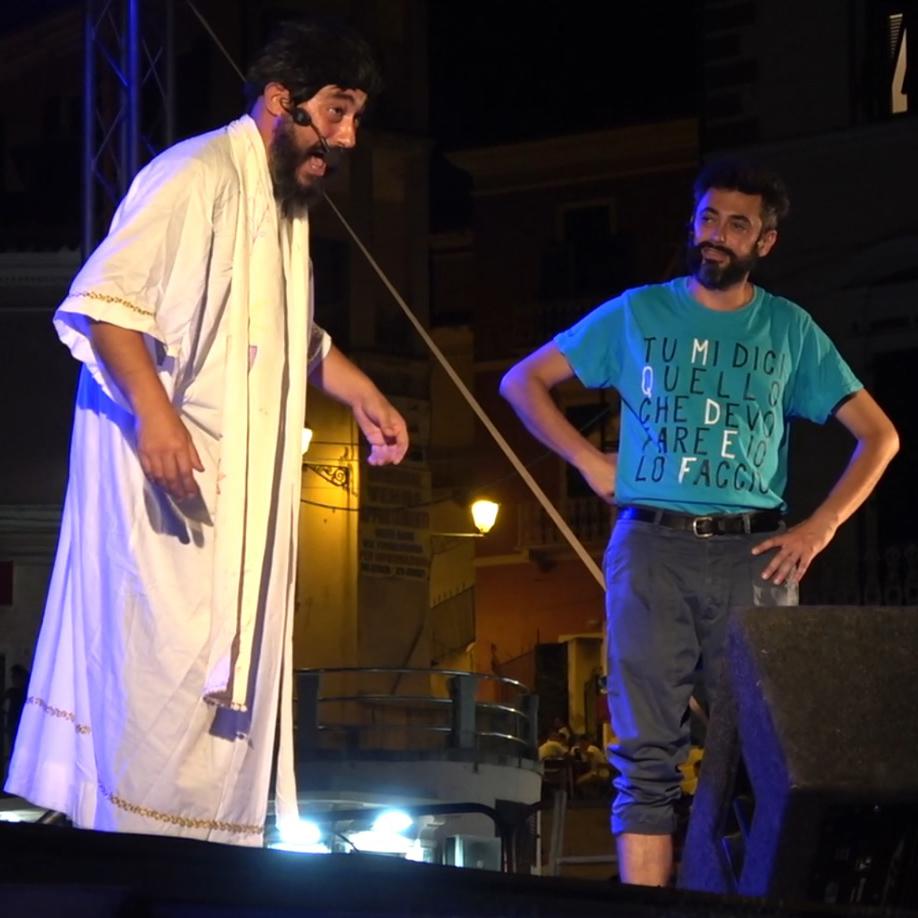 Il cabaret di Pino e gli Anticorpi diverte la piazza