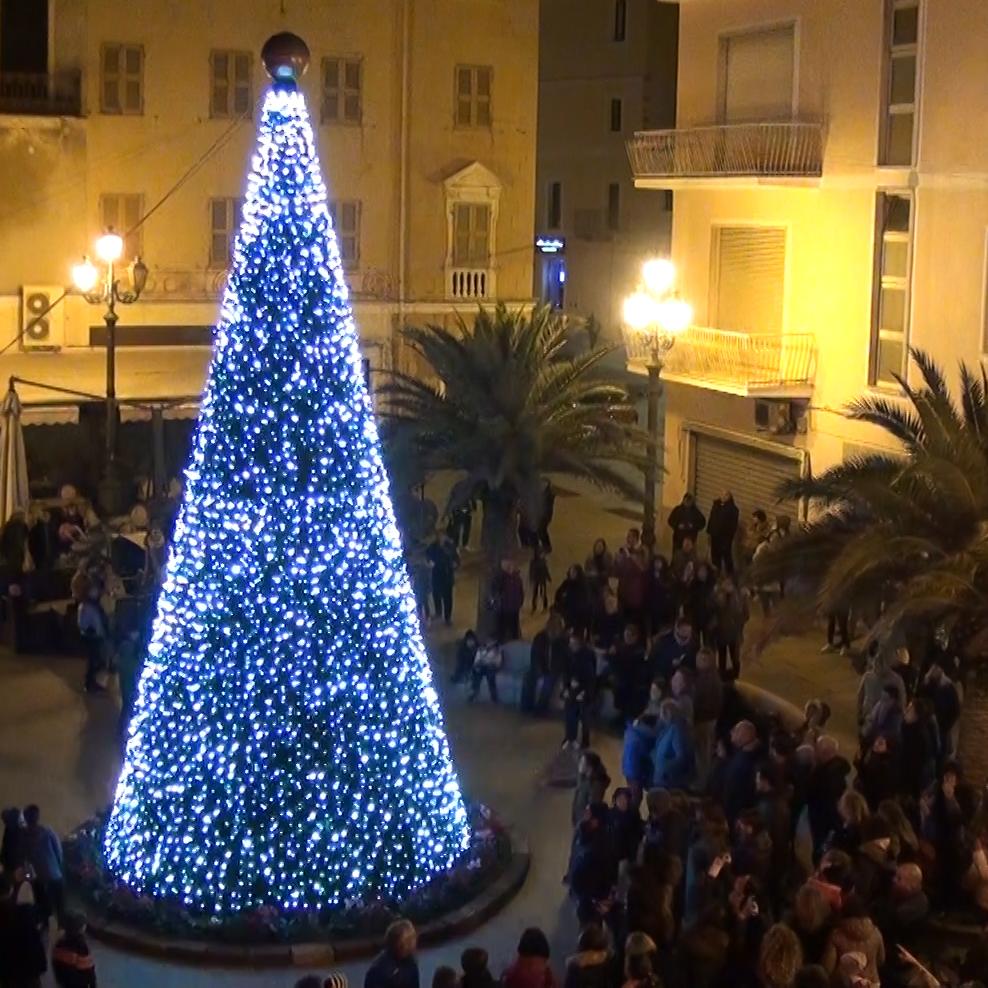 Illuminato il grande albero di Natale allestito in piazza Garibaldi